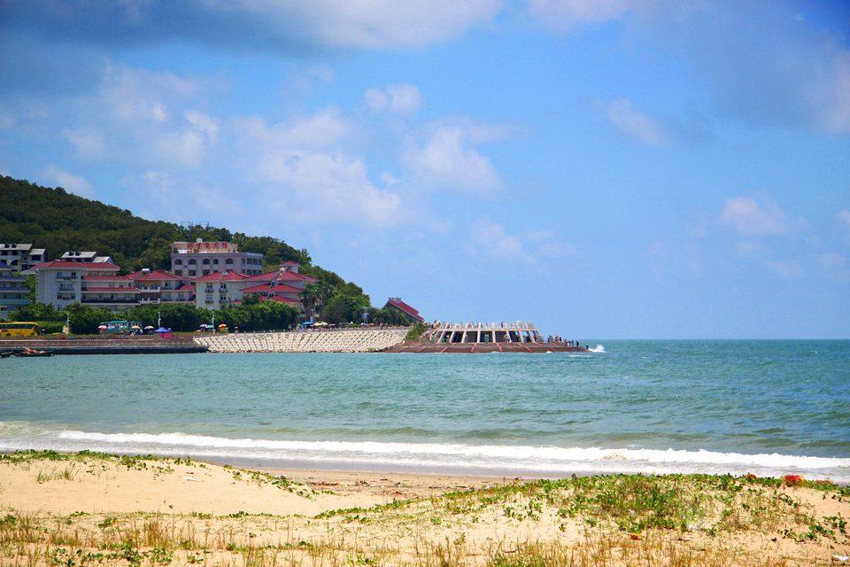 闸坡附近海域水质清澈,水静如镜,水底平坦,是国内罕见的静浪区,最