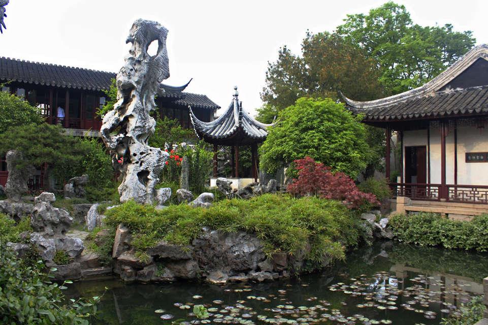留园结构紧凑,分为东,西,北,中四个景区,分别以庭园,林木,盆景和山水