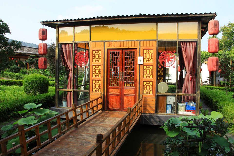 临湖而建的农家风味餐厅.