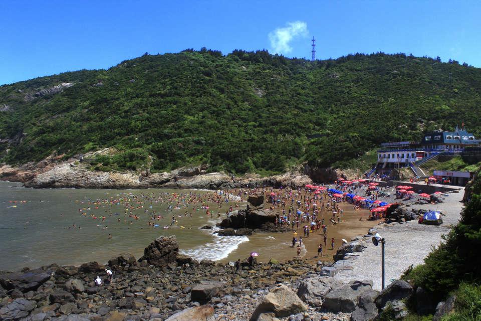 位于大沙岙的洞头海滨浴场是岛上第一大海滨浴场,三面环山,一面向海