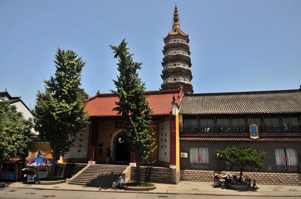 > 万里长江第一塔 坐落于长江边上的振风塔为七层八角